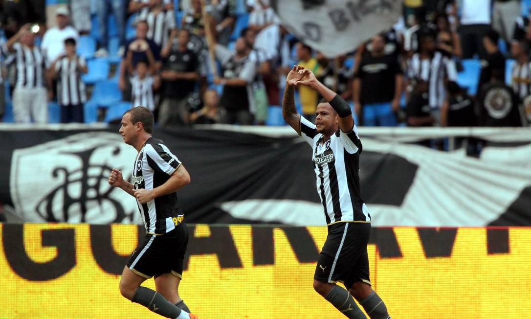 Ao lado de Marcelo Mattos, Bill faz um coração na comemoração do gol que abriu o placar Cezar Loureiro / Agência O Globo