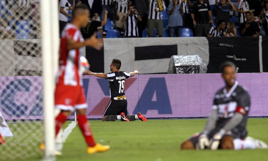 Elvis comemora o quarto gol alvinegro Cezar Loureiro / Agência O Globo