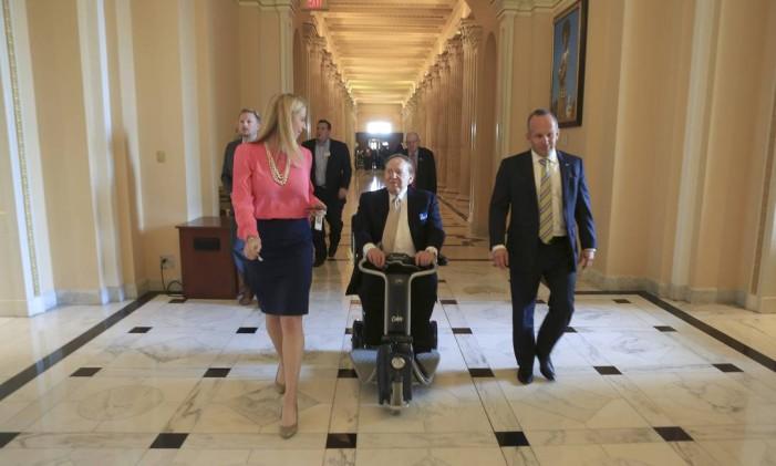 """Cobiçado. O magnata dos cassinos Sheldon Adelson (ao centro, em visita ao Capitólio) é o """"sugar daddy"""" dos sonhos dos candidatos republicanos: ele doou US$ 100 milhões em 2012 Foto: STEPHEN CROWLEY/NYT"""