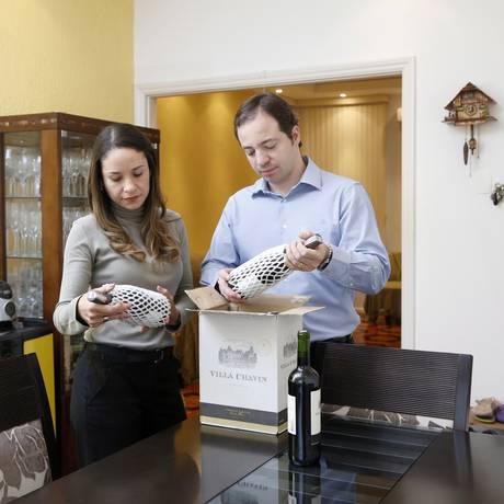 Novos hábitos. Luciana Costa e Ricardo Soares compram vinho em pacote trimestral pago a preço de custo Foto: Fabio Rossi