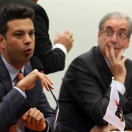 O líder peemedebista na Câmara, Leonardo Picciani, observado por Eduardo Cunha Foto: Givaldo Barbosa/11-02-2015
