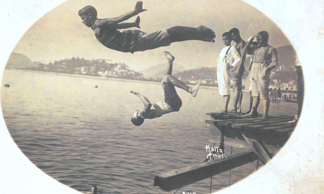 Um clique raro de grupo mergulhando numa das praias do Centro do Rio, em 1915 Divulgação/ Augusto Malta/Acervo Museu da Imagem e do Som / RJ