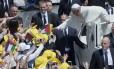 Papa cumprimenta fiéis na chegada à Praça de São Pedro