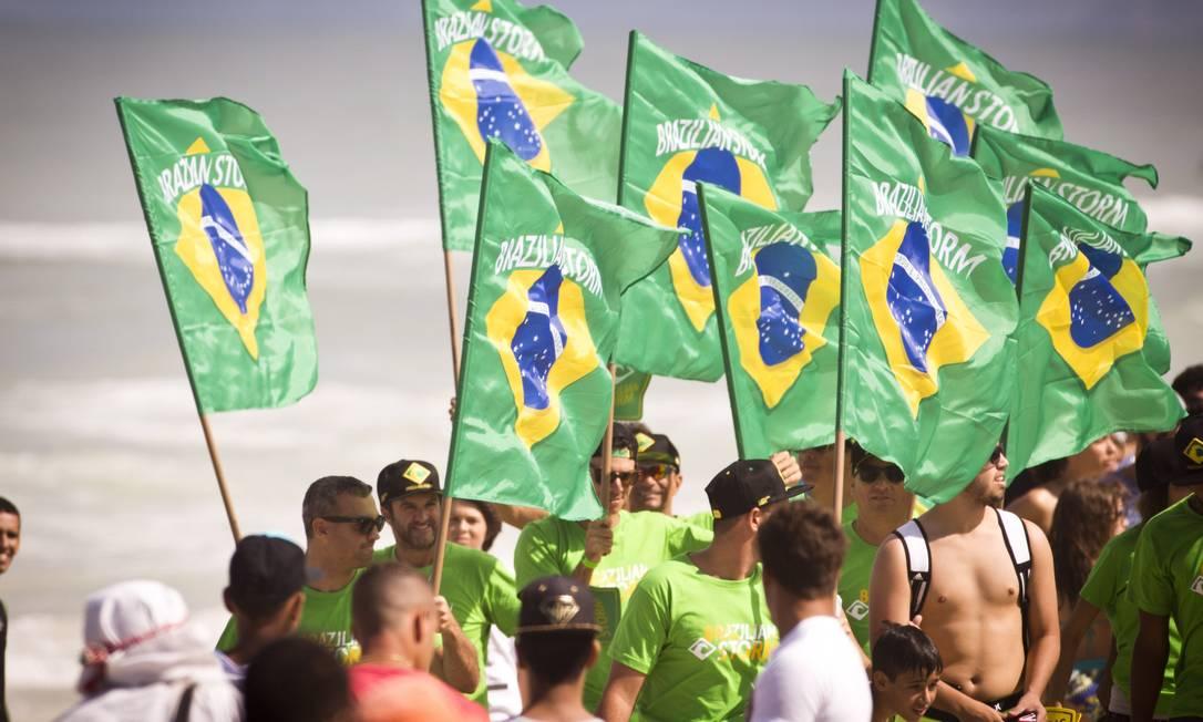 Torcida brasileira marcou presença na Praia da Barra, no quinto dia de competição Guito Moreto / Agência O Globo