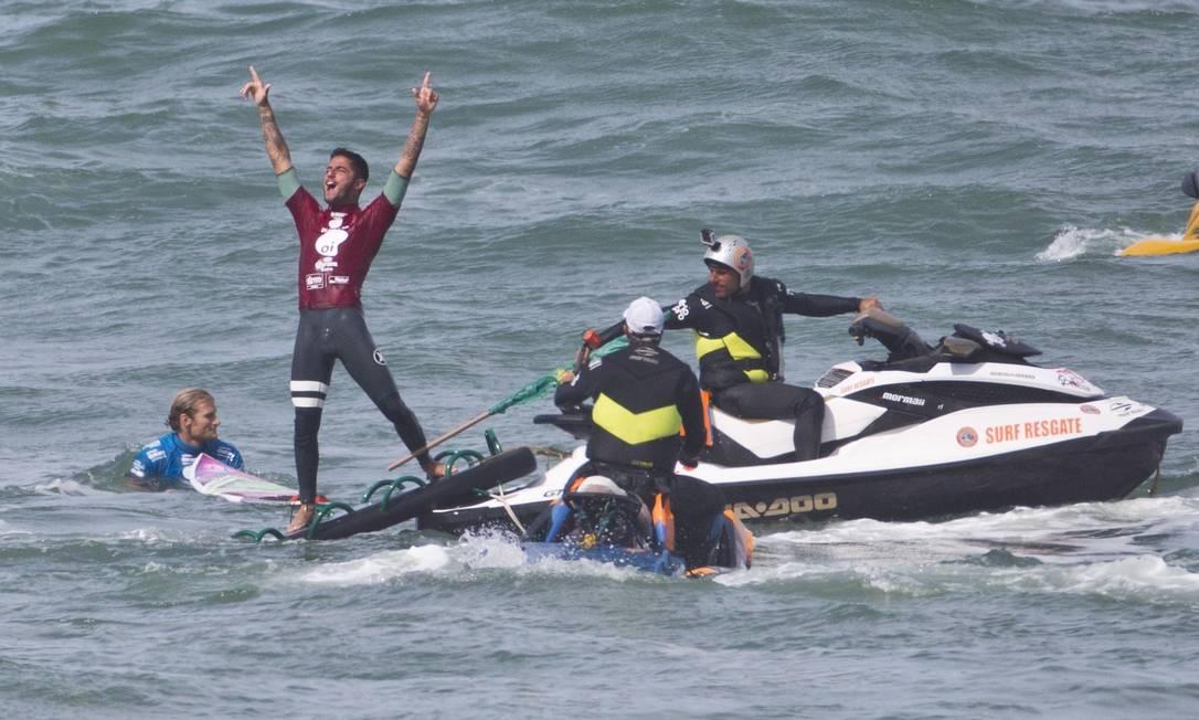 Filipe comemora o título dentro da água Guito Moreto / Agência O Globo