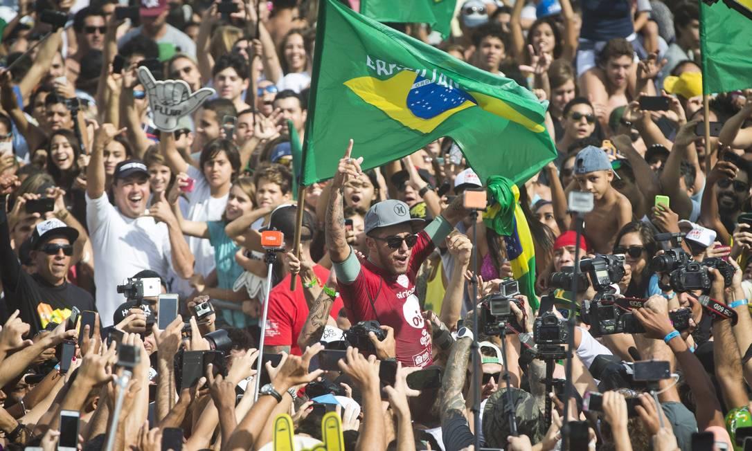 Multidão cerca o campeão Guito Moreto / Agência O Globo