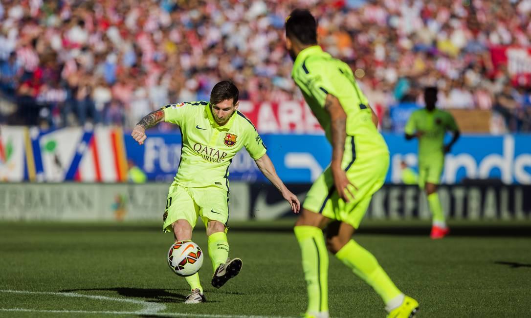 Messi arrisca um chute observado por Neymar Andres Kudacki / AP