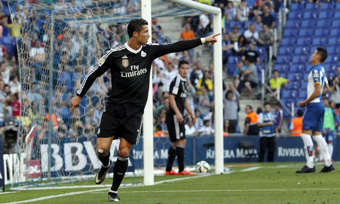 Cristiano Ronaldo celebra um de seus três gols contra o Espanyol GUSTAU NACARINO / REUTERS