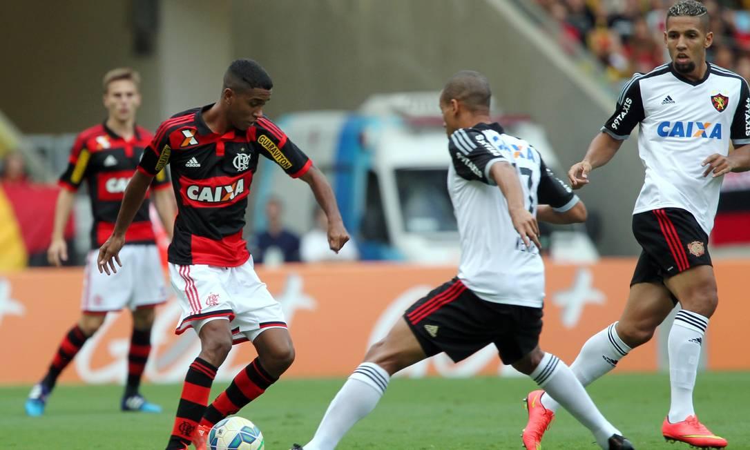 Gabriel, do Flamengo, tenta passar por um jogador do Sport Cezar Loureiro / Agência O Globo