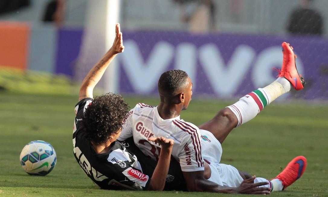 Gerson e Luan caem no gramado no Mané Garrincha Jorge William / Agência O Globo