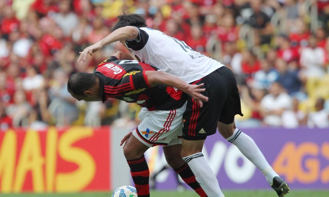 Alecsandro disputa a bola com um jogador do Sport Cezar Loureiro / Agência O Globo