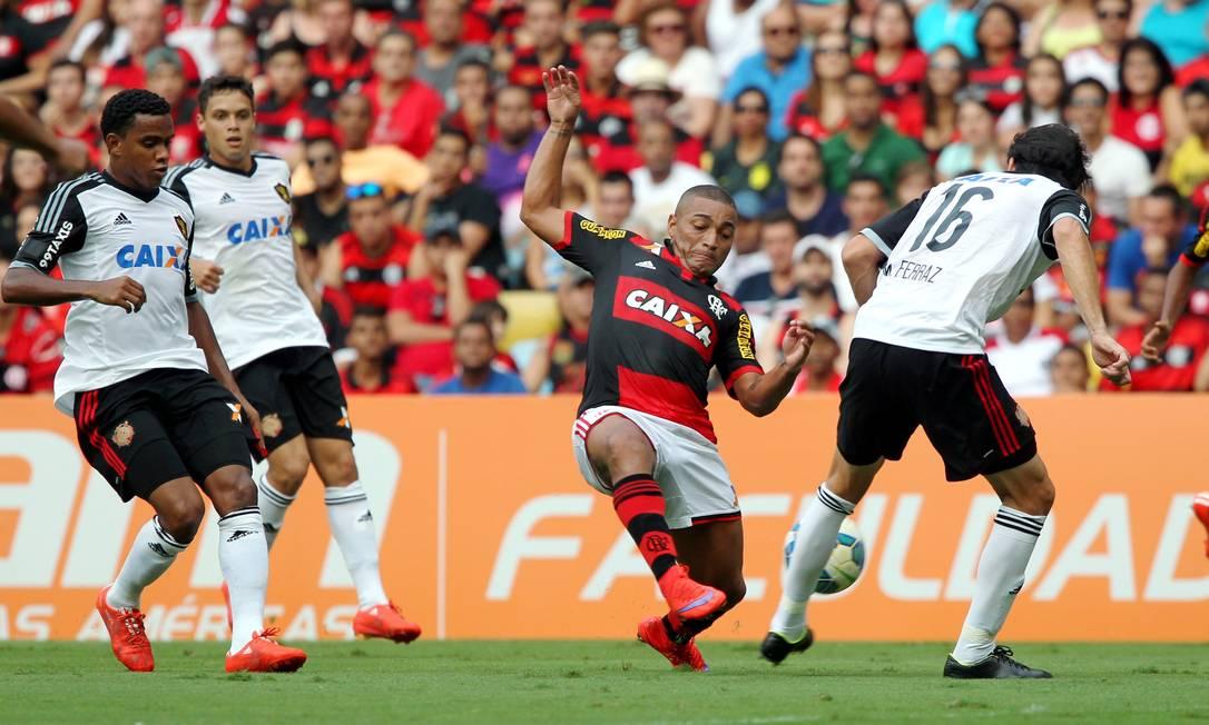 Anderson Pico é marcado por três jogadores do Sport Cezar Loureiro / Agência O Globo