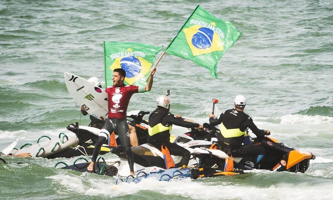 Filipe Toledo comemora com bandeiras do Brasil Guito Moreto / Agência O Globo