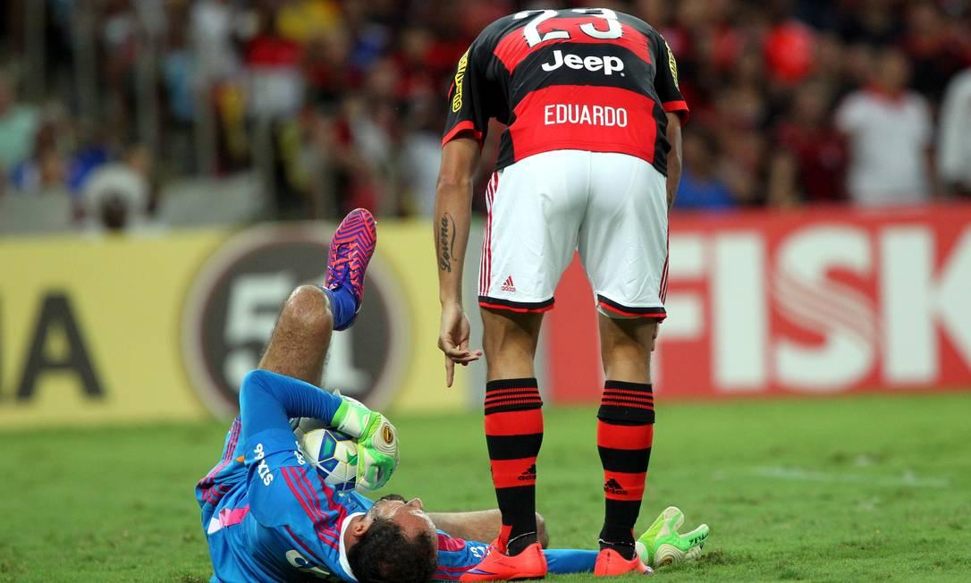 Goleiro Magrão fica caído no gramado após sentir dores no ombro direito Cezar Loureiro / Agência O Globo