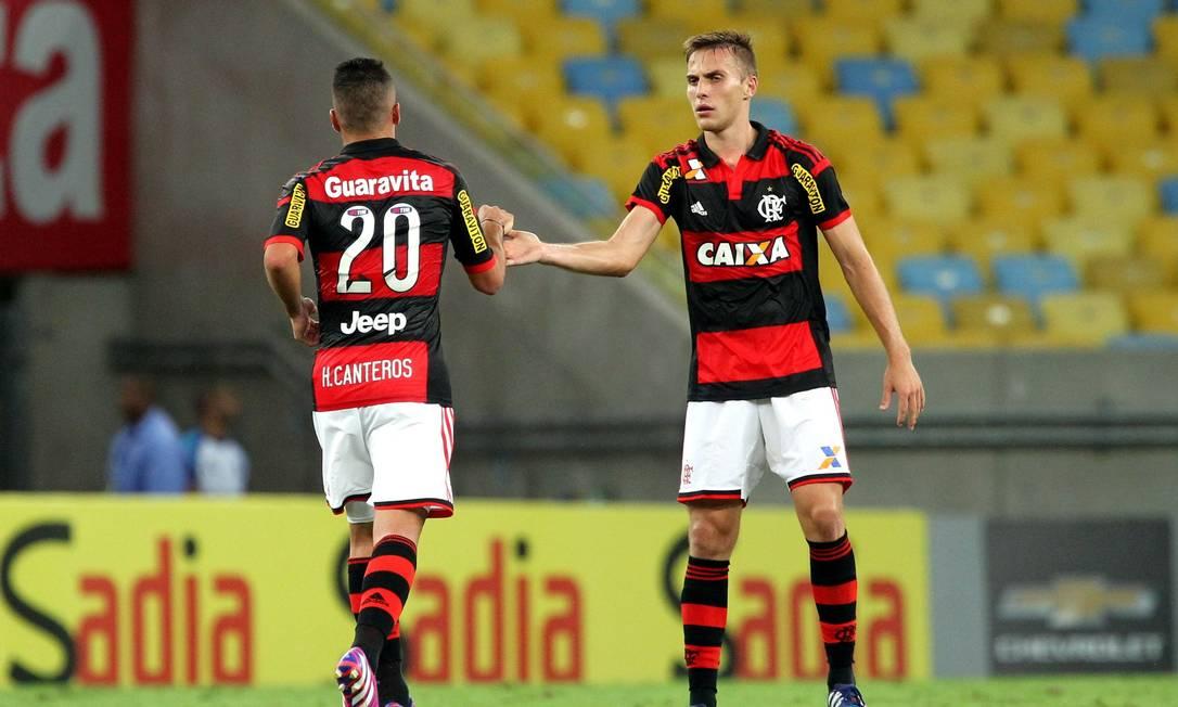 Bressan cumprimenta Canteros pelo gol marcado Cezar Loureiro / Agência O Globo