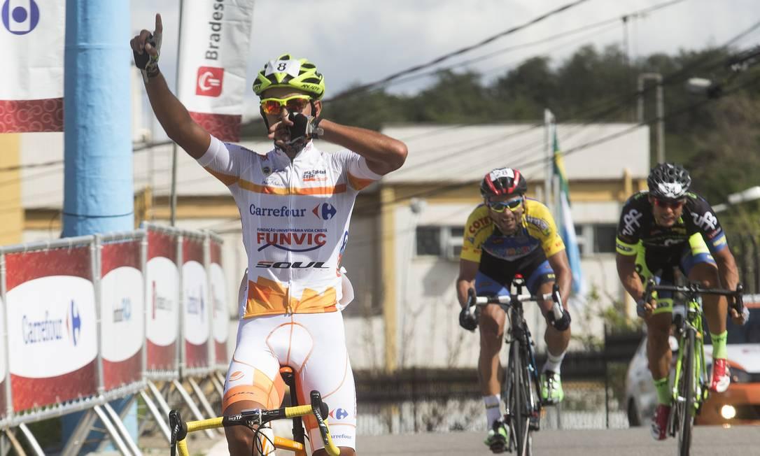 Murilo Ferraz, à esquerda, comemora a vitória, deixando Verinaldo Vandeira, ao centro, em segundo e Raphael Mesquita em terceiro na Copa Rio de Janeiro de Ciclismo ANTONIO SCORZA / Agência O Globo