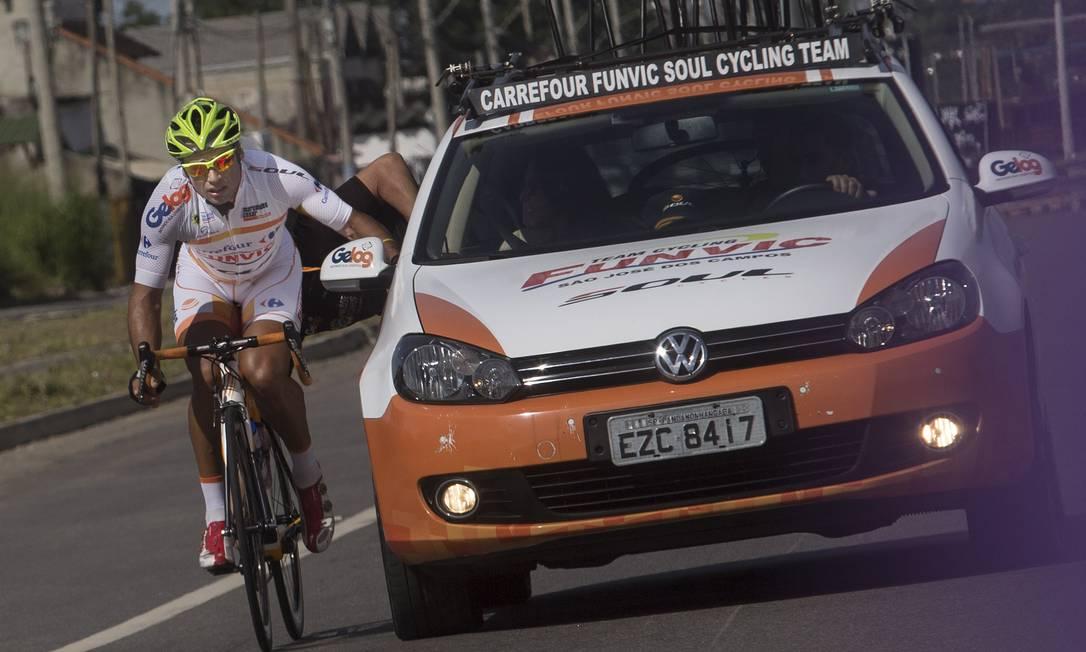 Que fase!! Argentino Chamorro erra o percurso e pega carona em carro da equipe durante a competição ANTONIO SCORZA / Agência O Globo