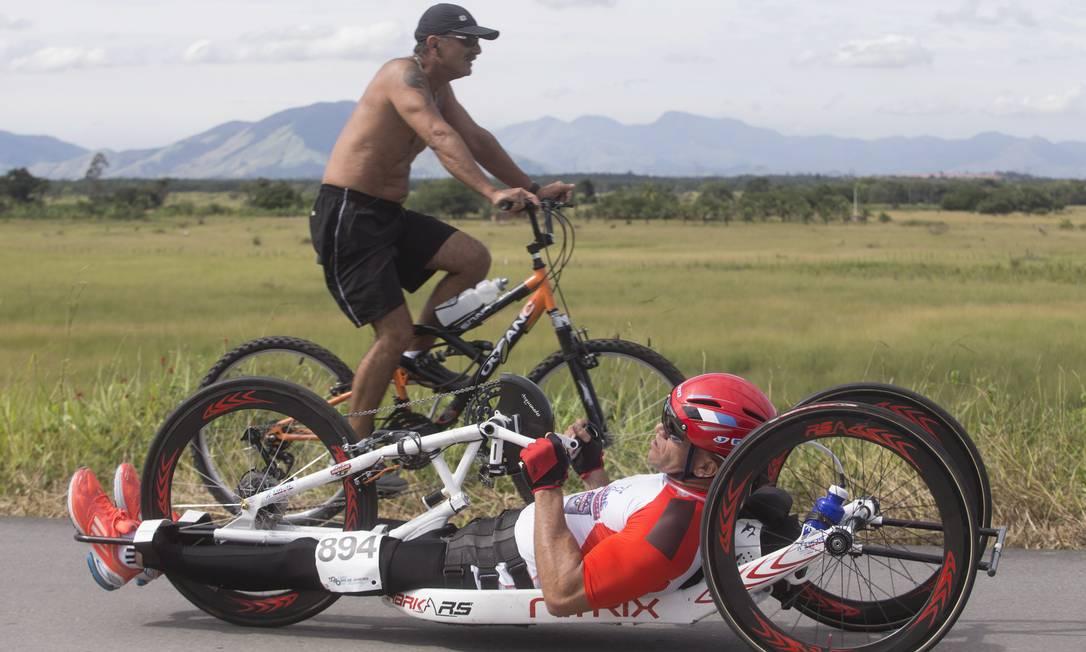 Superação é isso aí. Atleta paraplégico em bicicleta especial durante a Copa Rio ANTONIO SCORZA / Agência O Globo