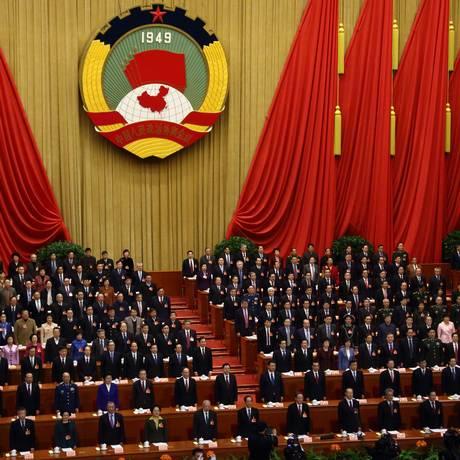 Nova estratégia. Presidente chinês, Xi Jinping (na segunda fila, nono a partir da direita), participou, em março, de conferência que discutiu políticas de governo para o ano, como as questões militares Foto: Tomohiro Ohsumi/Bloomberg/03-03-2015