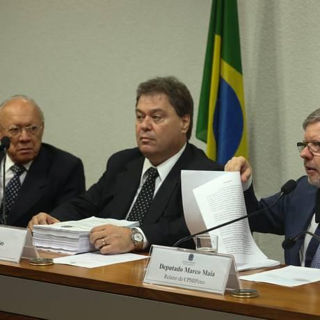 Gim Argello (ao centro) e Marco Maia em CPMI da Petrobras no ano passado Foto: 12-12-2014/ANDRE COELHO/Agencia O Globo