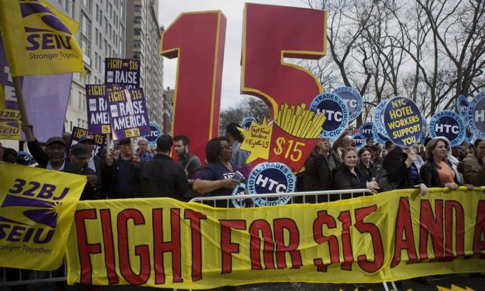 Manifestantes pedem salário mínimo de US$ 15 nos EUA Foto: Victor J. Blue/15-4-2015 / Bloomberg News
