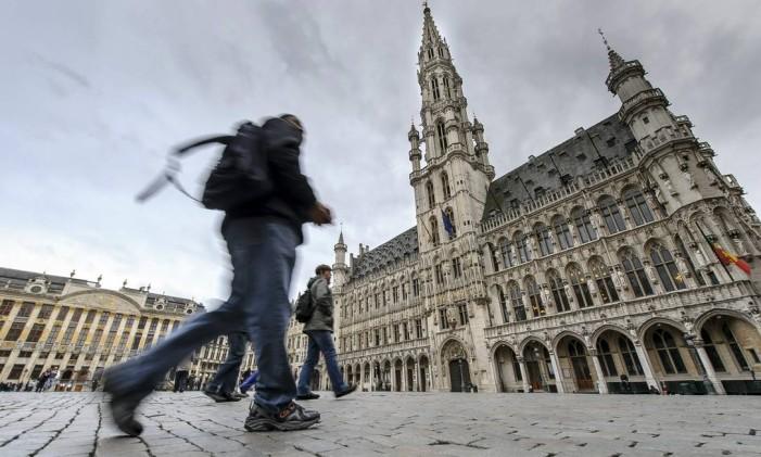 Pedestres passam em frente ao Grande Palácio de Bruxelas Foto: Jock Fistick/13-5-2013 / Bloomberg