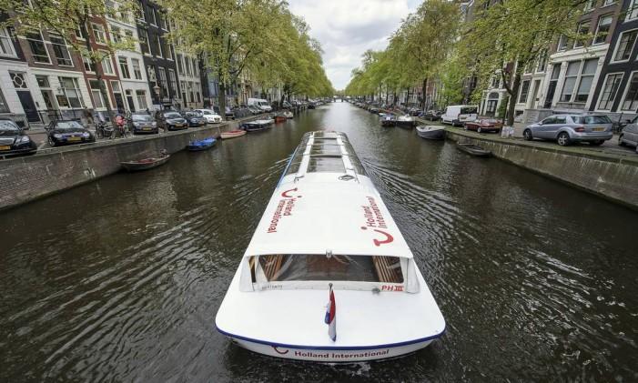 Barco navega em canal de Amsterdam Foto: Jock Fistick/14-5/2013 / Bloomberg News