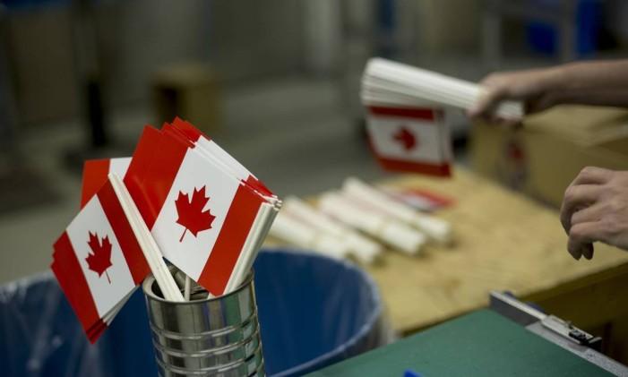 Fábrica de bandeiras canadenses Foto: Brent Lewin/27-7-2013 / Bloomberg News