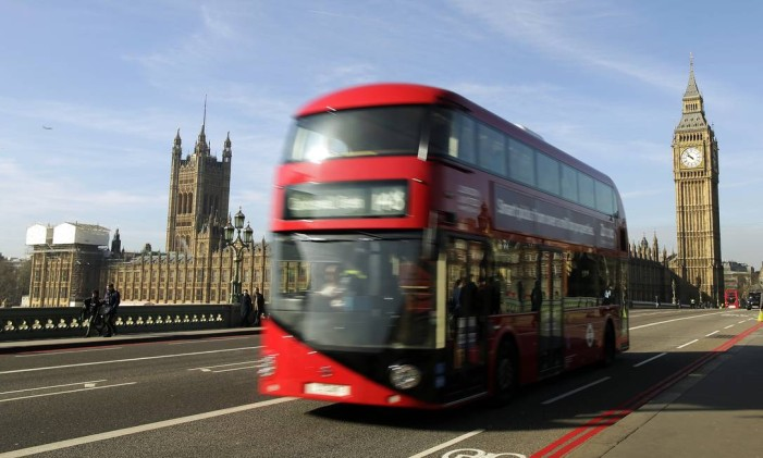 Tradicional ônibus de dois andares passa sobre a Westminster Bridge, em Londres Foto: Matthew Lloyd/5-3-2014 / Bloomberg News