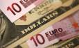 Notas de dólar e euro