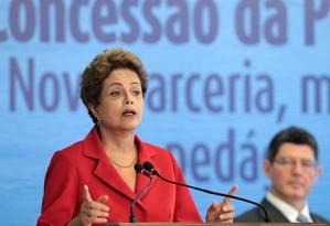 Dilma Rousseff na cerimônia de assinatura do contrato de concessão da Ponte Rio-Niterói Foto: O Globo / Jorge William