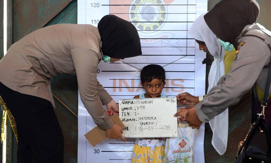 Como os rohingyas não são reconhecidos por Mianmar, crianças chegam a ganhar primeira identificação exilada Foto: ROMEO GACAD / AFP