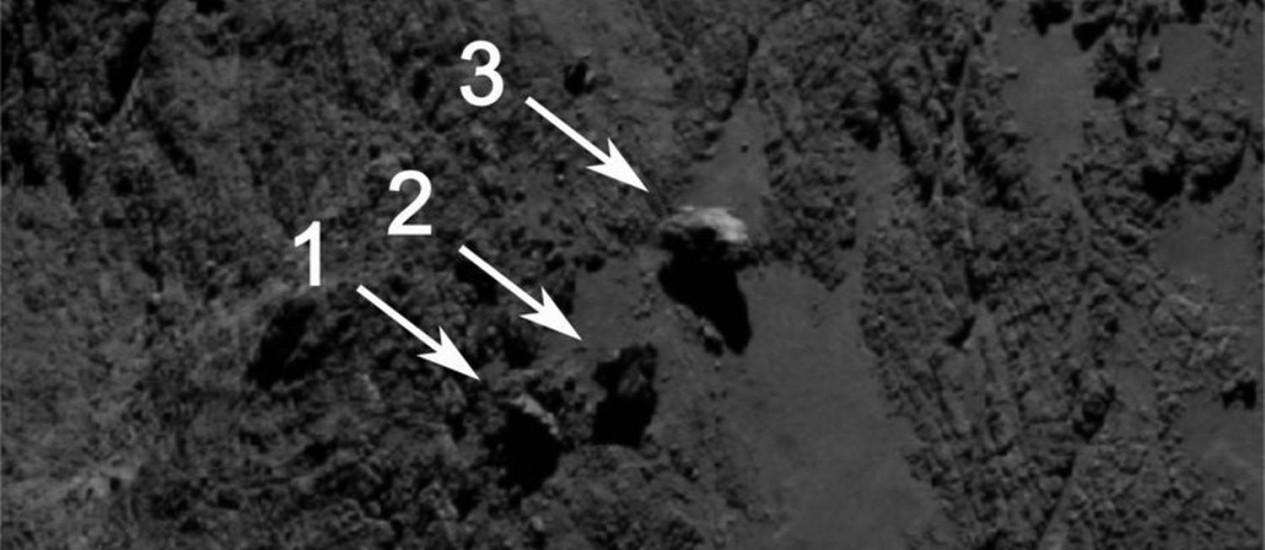 """Imagem da câmera Osiris, a bordo da sonda Rosetta, com as três possíveis """"rochas equilibristas"""" encontradas na superfície do cometa Foto: ESA/Rosetta/MPS"""