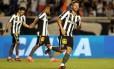 Elvis comemora gol na vitória do Botafogo sobre o CRB