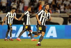 Elvis comemora gol na vitória do Botafogo sobre o CRB Foto: Cezar Loureiro / Agência O Globo