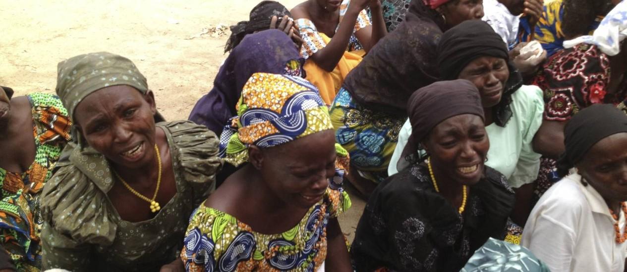 Mães de meninas sequestradas pelo Boko Haram choram na Nigéria Foto: ADAM NOSSITER/NYT