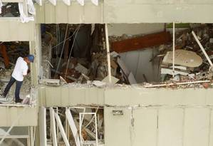 Um técnico observa os estragos causados pela explosão num dos apartamentos do edifício em São Conrado Foto: Gabriel de Paiva / Agência O Globo