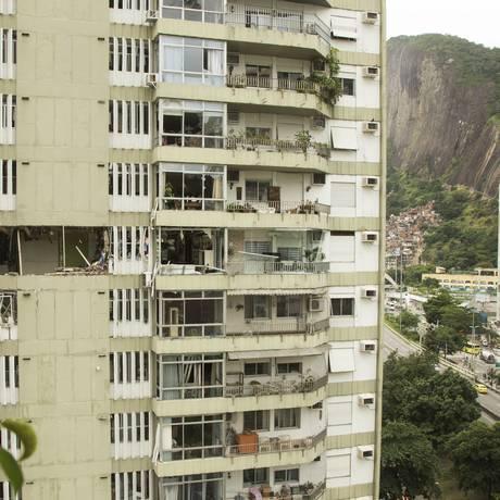 Os estragos causados pela explosão num dos apartamentos do edifício em São Conrado: apavorados, moradores contaram que o prédio sacudiu como se um terremoto estivesse acontecendo Foto: Antonio Scorza / Agência O Globo