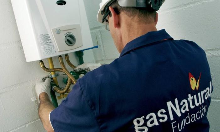 Técnico faz vistoria em aquecedor a gás Foto: Dvulgação (19/03/2010)