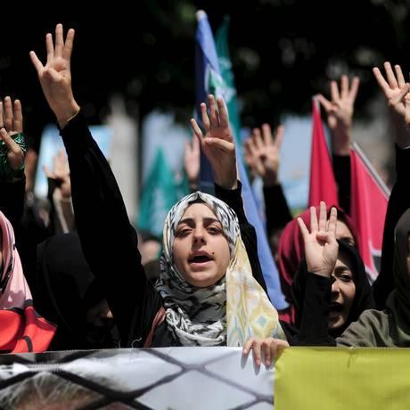 Manifestantes pró-Irmandade Muçulmana: homens, mulheres e crianças estão sujeitos a agressões Foto: Yagiz Karahan / REUTERS