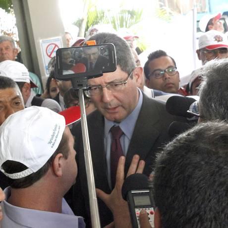 O ministro da Fazenda, Joaquim Levy, conversa com manifestantes em frente ao Ministério da Fazenda Foto: Givaldo Barbosa / Agência O Globo