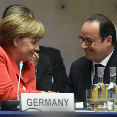 A chanceler federal alemã, Angela Merkel, e o presidente francês, François Hollande, durante uma conferência em Berlim Foto: TOBIAS SCHWARZ / AFP