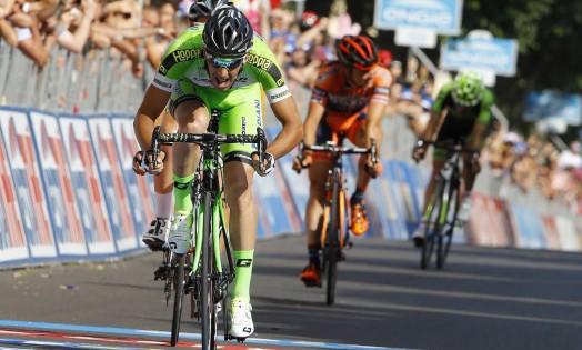 O italiano Nicola Boem dá o sprint final para vencer a etapa desta terça-feira do Giro D'Itália de ciclismo Foto: LUK BENIES / AFP