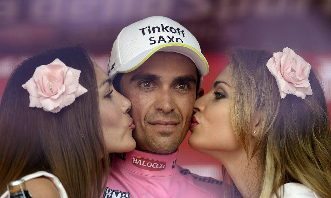 O espanhol Alberto Contador também foi premiado com o beijo de duas beldades no pódio STRINGER/ITALY / REUTERS