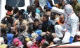 Equipes de resgate escoltam imigrantes ilegais no porto de Pozzalo, na Sicília. Especialistas acreditam que plano da UE para conter travessias do Mediterrâneo será muito caro e de difícil aplicação