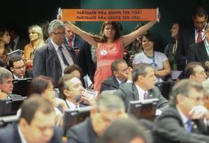 Protesto na sessão da comissão especial da reforma política que adiou para a próxima semana a votação do relatório Foto: ANDRE COELHO/Agencia O Globo / Agência O Globo