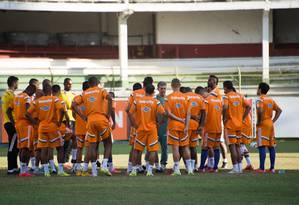 O técnico Ricardo Drubscky conversa com os jogadores no treino desta terça Foto: Divulgação / Fluminense