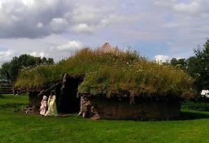 Reprodução atual de uma casa da Idade do Bronze na região de Cambridgeshire, no Leste da Inglaterra: mudanças culturais, sociais e tecnológicas da época podem ter contribuído para a prevalência atual de apenas algumas linhagens masculinas Foto: Divulgação/Universidade de Leicester