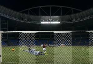 Goleiro Diego, do Botafogo, não alcança o pênalti cobrado por um jogador do Vitória Foto: Satiro Sodre / SSPress