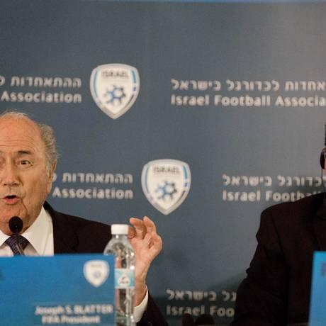 Presidente da Fifa, Joseph Blatter, ao lado do presidente da Associação israelense de futebol, Ofer Eini durante conferência nesta terça-feira, em Jerusalém Foto: Tsafrir Abayov/ AP